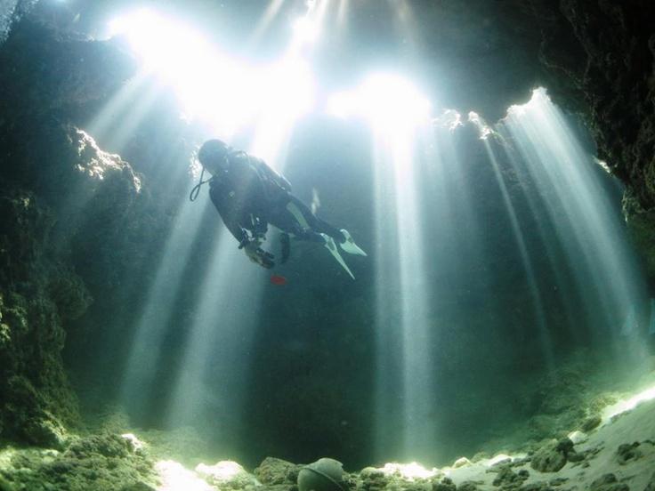 幻想的な光が射すエンジェルケーブ/沖縄・宮古島ダイビングサービス Fish a go go !|あそびゅー!スキューバダイビング
