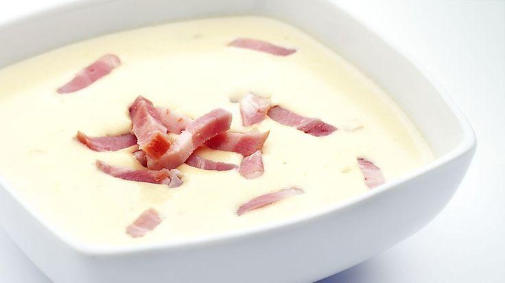Salsa Carbonara  Ingredientes •1 Cebolla mediana •200 gr de bacón •150gr parmesano •3 yemas de huevo •200 gr de nata líquida •1dl de aceite de oliva •Pimienta al gusto     Instrucciones 1.Pica la cebolla y sofríe en un sartén con aceite de oliva. 2.Cuando la cebolla adquiera un color transparente añade el bacon, sal y pimienta, ve mezclando. 3.En un bol bate los huevos y añade la nata, mézclalo bien. 4.Añade lo que preparabas en el sartén al bol de los huevos junto con el queso parmesano.