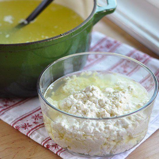Ak ste si otvorili tento recept a čítate túto vetu, znamená to jediné. Proste milujete syr a vedeli by ste ho jesť každých 5 minút v rôznych dávkach, až kým by vám nebolo zle. No a možno to tak nie je, ale aj tak vás zaujíma, ako sa dá skvelý syr spraviť doma. V nasledujúcom recepte vám ukážeme, ako jednoducho