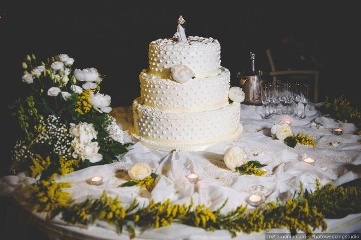 Torta nuziale a tre piani con decorazioni gialle