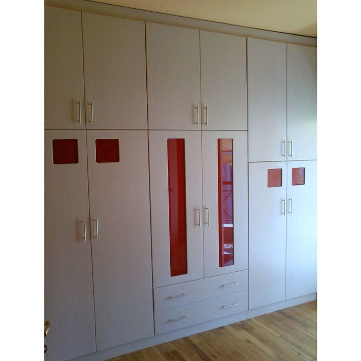 Ντουλάπα με ανοιγόμενες πόρτες και χρωματιστό τζάμι.