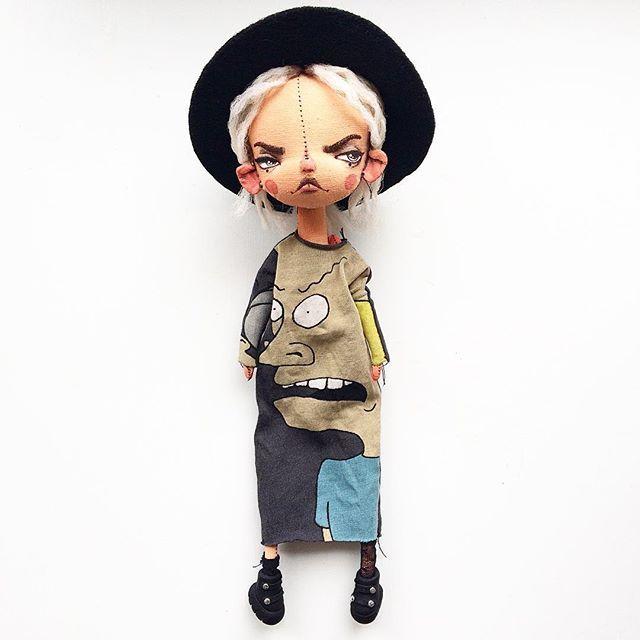 Итак, Кукло невесёлое. Грунтованный текстиль, причёска не меняется, одежда, обувь, и шляпа снимаются, коленки мясные. Стоять не умеет, сидит сама. Рост 26 см. 7500₽ и почта. Кому Кукло?