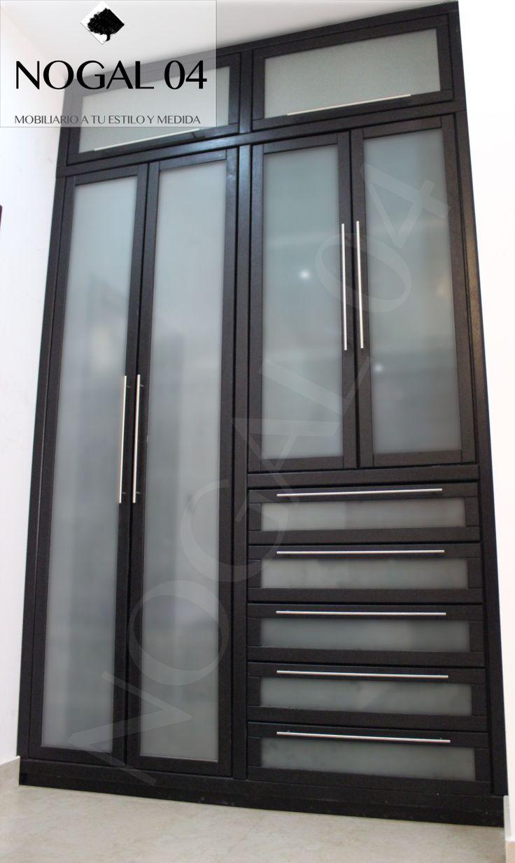 Closet en madera de Banak, color chocolate con puertas de vidrio esmerilado, distamos tu espacio y fabricamos a TU ESTILO Y MEDIDA, búscanos en Facebook NOGAL 04, Monterrey, N.L., México.