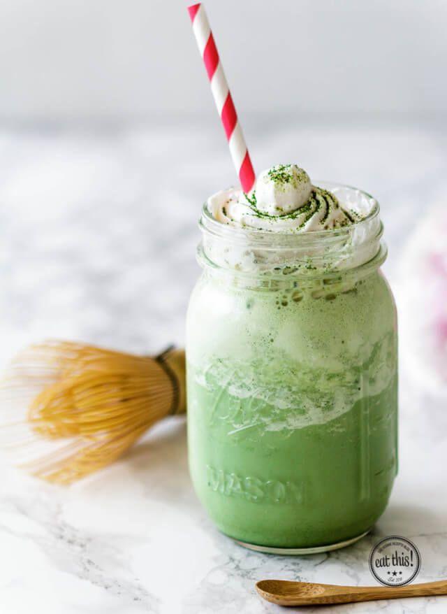 Super erfrischend, cremig, grün, lecker und herrlich dekadent – so lässt sich unser Matcha Frappuccino am besten beschreiben. Passt also perfekt zu den steigenden Temperaturen gerade!