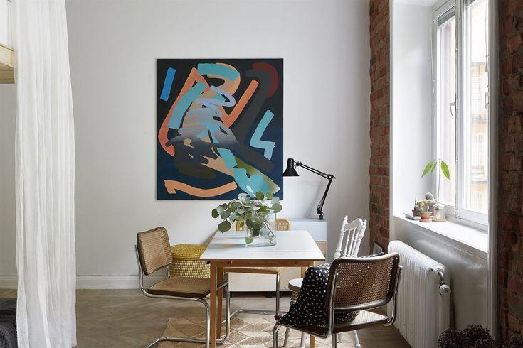 Большой стол полезен даже в самой маленькой квартире. Он может быть центром встреч семьи и гостей, а также своеобразной заменой домашнего офиса. .