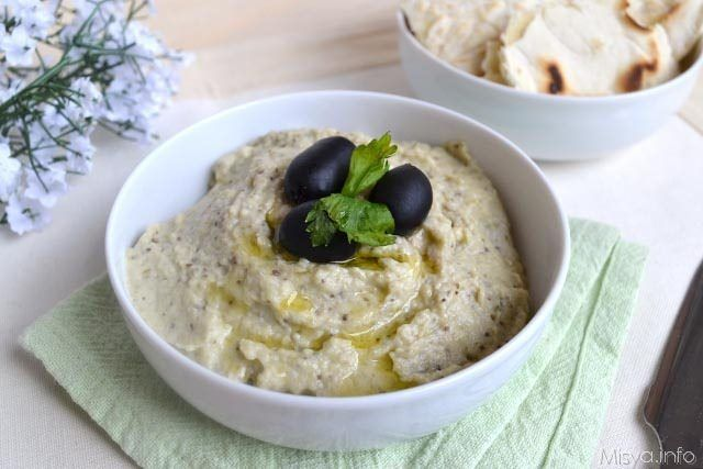 La Melitzanosalata è una crema di melanzane greca, preparata cuocendo le melanzane intere al forno e poi frullando il tutto con lo yogurt, olio, aglio e menta