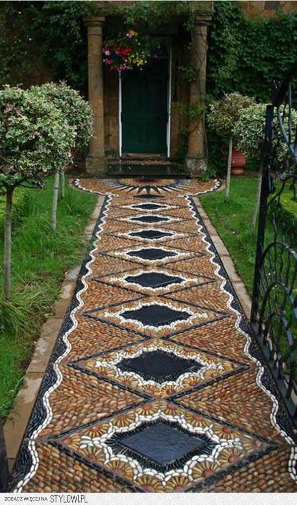 Trajeto do jardim como um mosaico.  Fotografia: Renata em Stylowi.pl