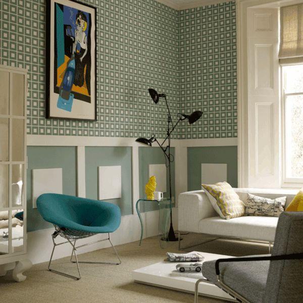 papier peint graphique vert, fauteuil original turquoise et lampe sur pied unique