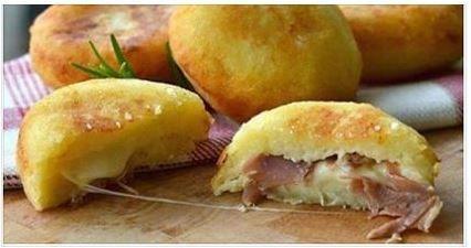 Sono davvero buonissime le bombe di patate al forno ripiene di prosciutto e mozzarella, facile e veloce da preparare. È l'ideale che pr omaggiare degli ospiti con prelibatezze squisite. La ricetta è stata postata dal sito Fanpage. Ecco tutto quello che serve per prepararle: Patate 400 g Parmigiano grattugiato 3 cucchiai Uova 1 Pepe nero …