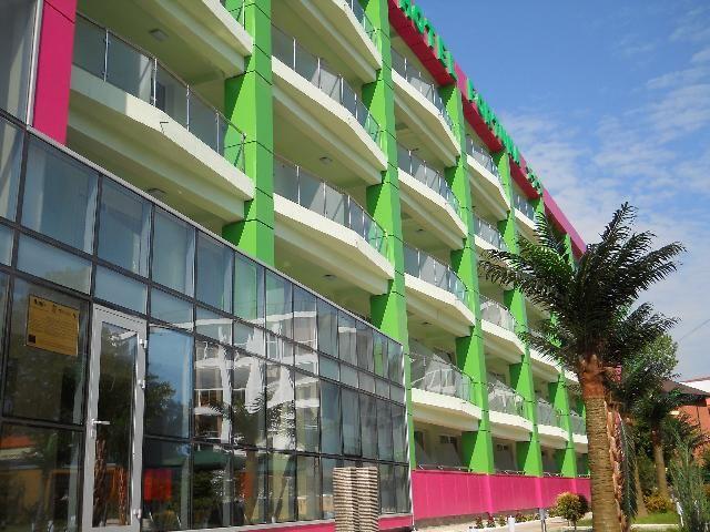 Hotel Fortuna ofera turistilor posibilitatea petrecerii unui sejur relaxant si odihnitor la malul marii, fiind situat la numai cateva minute de plaja.