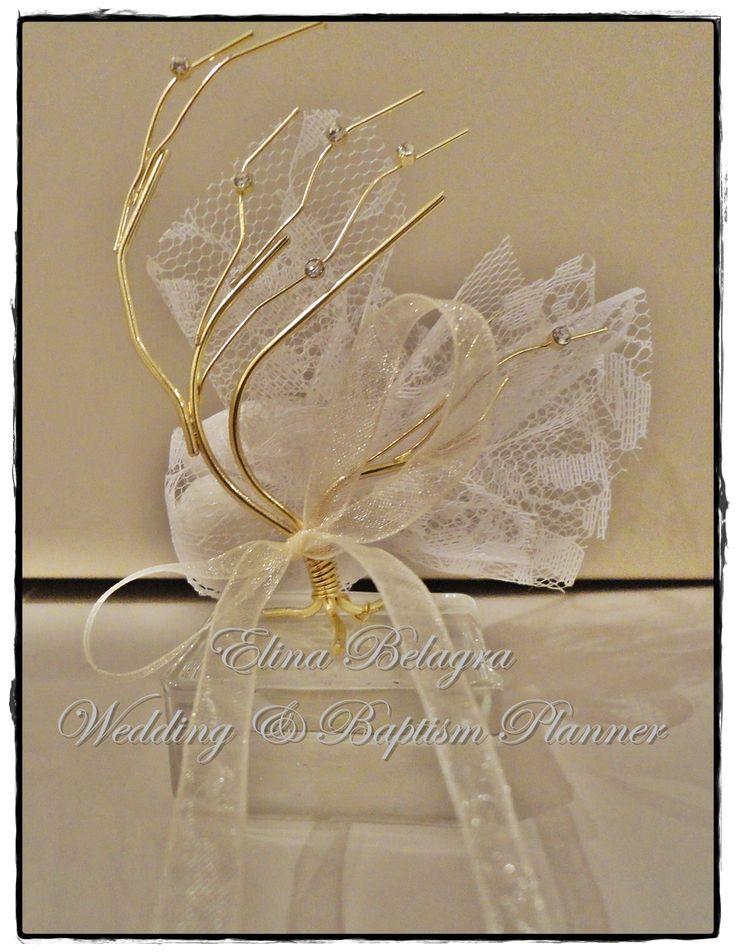 handmade#wedding#gifts#treeoflife#treeoflove#lace#gamos#wedding#chicwedding#romantic#wedding#romance#vintagewedding#vintage#handmade#weddingplanner#elinabelagra#www.elinabelagra.gr Μπομπονιέρα γάμου επίχρυσο δέντρο  πάνω σε γυάλινη βάση, δαντέλα και κουφέτα