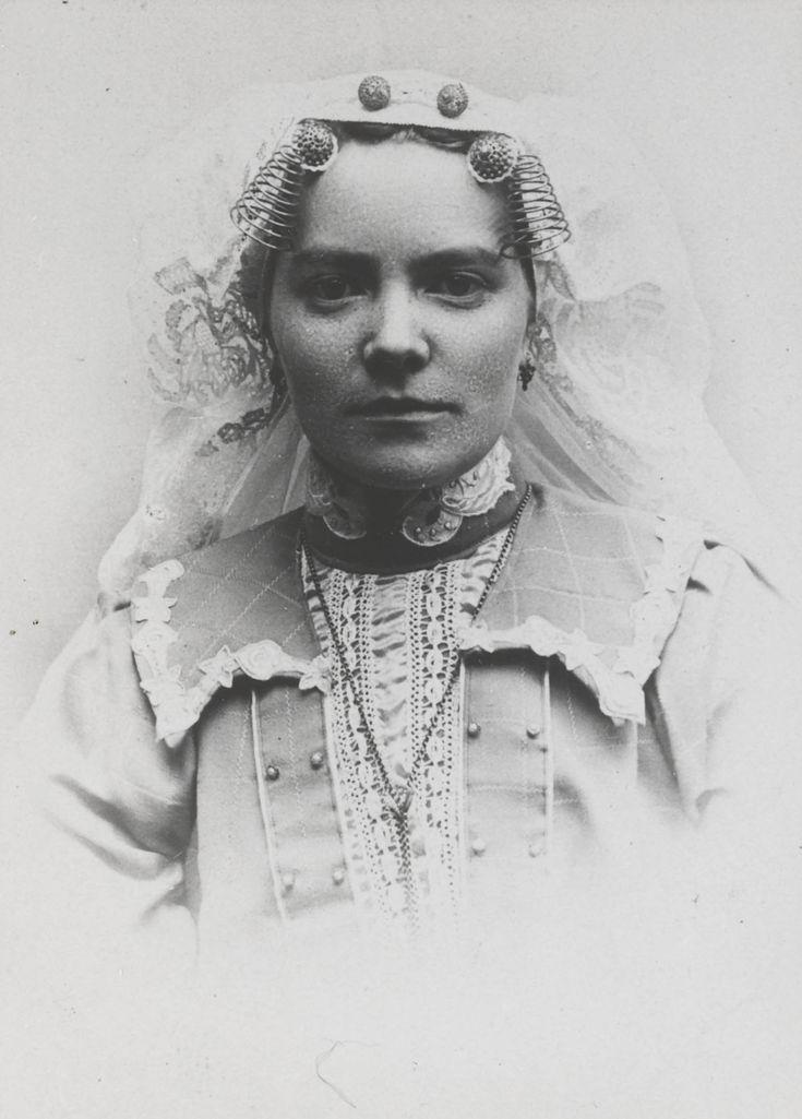 Vrouw in streekdracht uit Beijerland.
