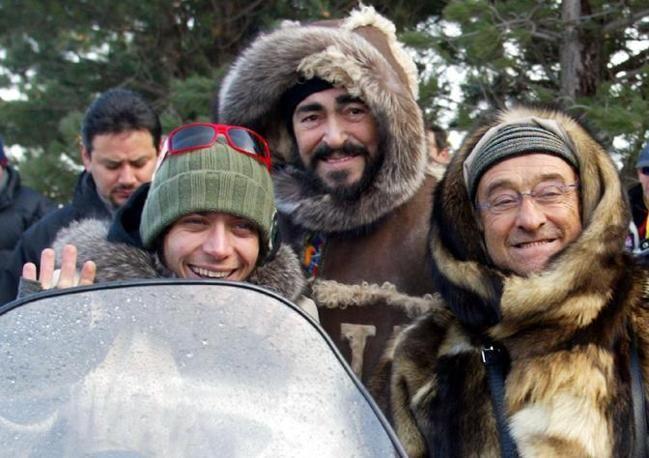 Con Luciano Pavarotti e Valentino Rossi sull'appennino modenese nel 2006 (Ansa)