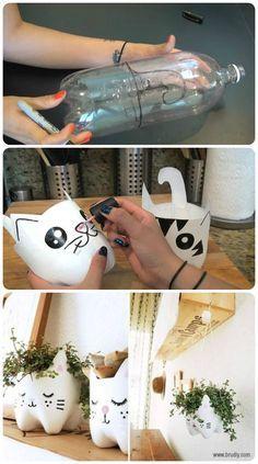 Macetas felinas para plantas. Pueden usarse colgando. 1. Consigue una botella de un refresco de al menos 2 lts. 2. Dibuja la forma de un gato, parte delante orejas y parte trasera cola (la primera imagen) 3. Corta y pintalo todo de blanco (u otro color de gato) y hazle un carita como más te guste =3 (segunda imagen) 4. Llenalo y coloca tu planta favorita. Añade cadenitas si deseas guindarlo =)