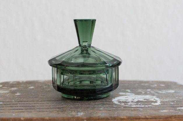 Die Schale ist aus grünlichem dickem Glas. Sie ist Teil eines Frisiertisch-Sets, dessen Einzelteile ebenfalls im NEST Laden angeboten werden.    Material:  Glas    Zustand:  sehr guter Zustand für...