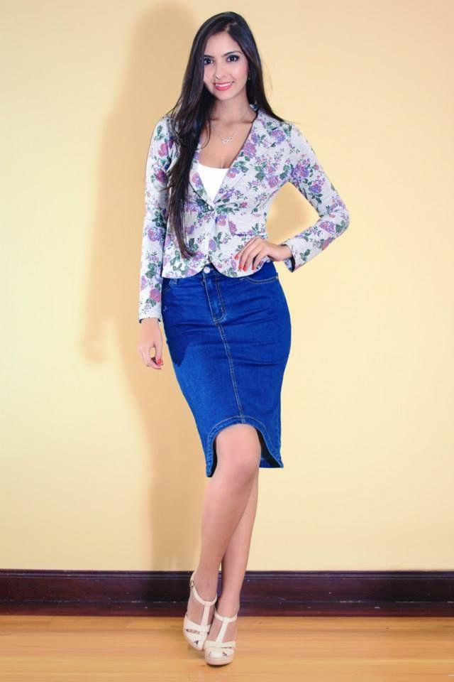 Falda de jean y blazer de flores. Marcan la tendencia.