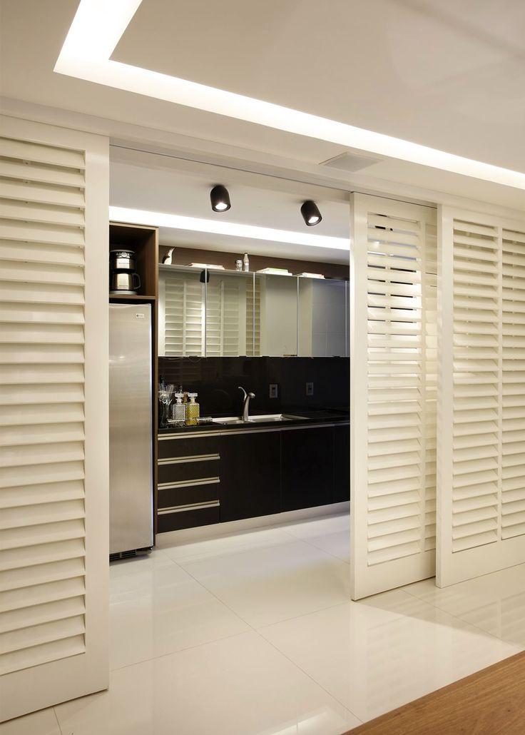 Cozinha escondida em armário com portas de correr articuladas - linda, compacta e funcional! - DecorSalteado
