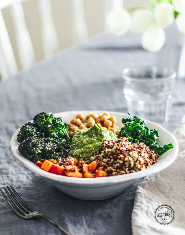 Quinoa Detox Bowl mit Spinat-Hummus