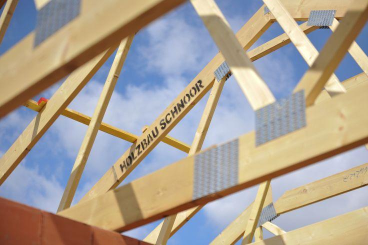 Nagelplattenbinder – perfekt für alle Holzkonstruktionen! An jedem Knotenpunkt werden Nagelplatten eingepresst. Der  Bausatz ist schnell produziert und montagefertig. Die Binder bieten eine hohe Tragkraft und optimale Materialausnutzung.