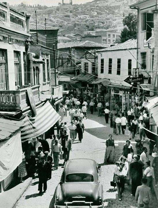 Konak'tan Kemeraltı'na giriş, 1957 yılı. Muzaffer Ceyhan Yerlikaya arşivi.
