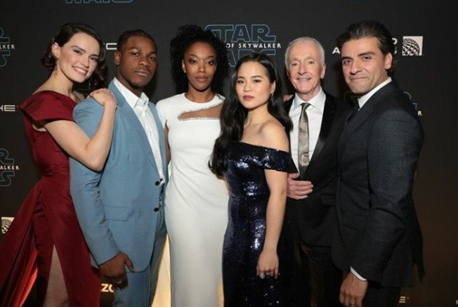 Daisy Ridley And Cast Members Of Star Wars The Rise Of Skywalker Star Wars Cast Daisy Ridley Star Wars Star Wars Movie