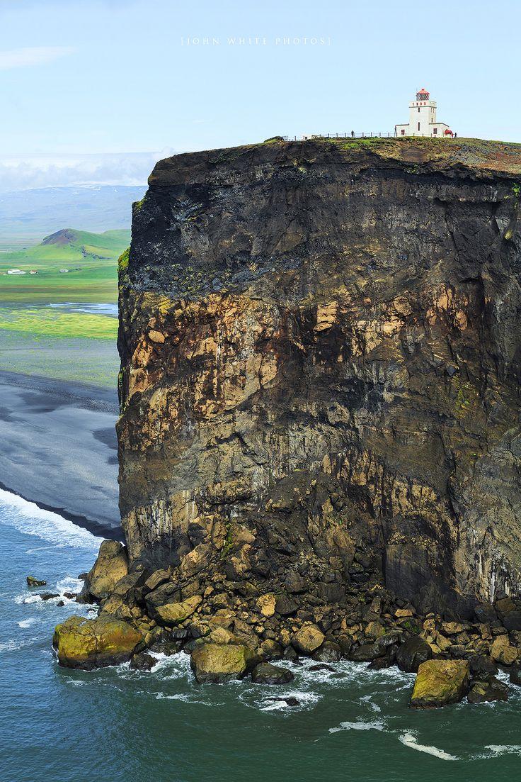 Dyrhólaey Lighthouse on de small peninsula Dyrhólaey located on de south coast of Iceland