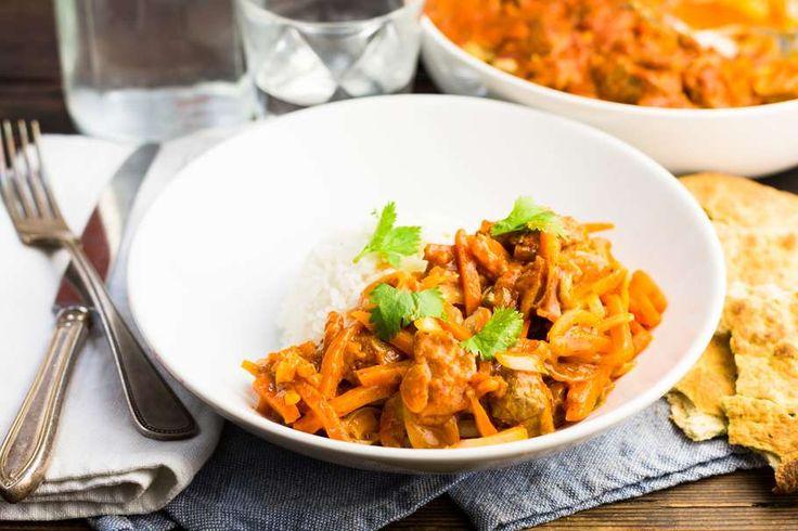 Recept voor curry voor 4 personen. Met zout, olijfolie, peper, biefstuk, champignon, wortelmix, currysaus en naanbrood