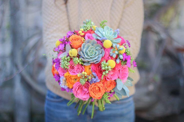 Ramo de novia colorido con suculentas #wedding #weddingbouquet #colorful #ramodenovia #minirosas #craspedia #fucsia