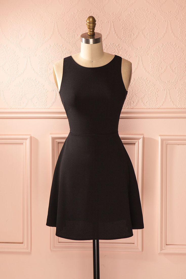 Le profil de la simplicité s'adoucit au toucher de la dentelle.  The profile of simplicity softens with the touch of lace. Black lace cut-outs dress www.1861.ca