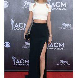 Taylor Swift en jupe longue noire fendue sur tapis rouge