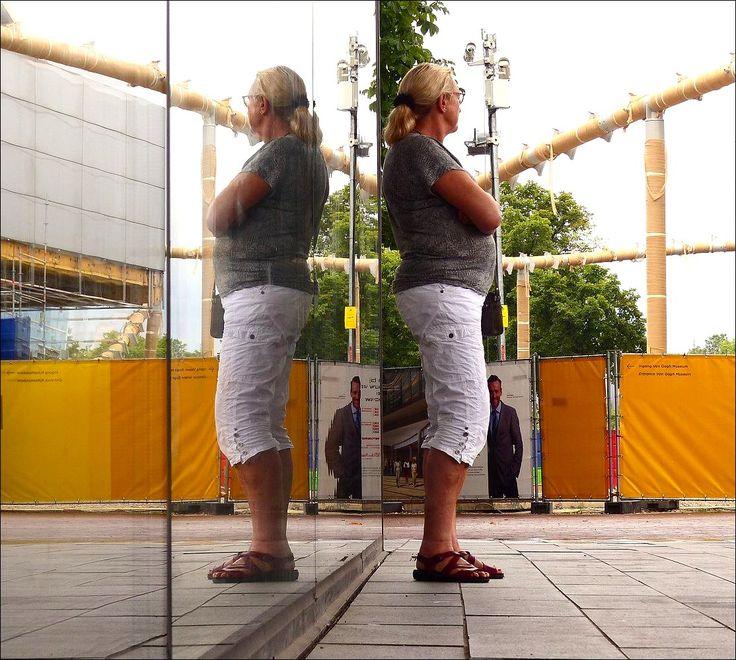 Bij het Stedelijk Museum in Amsterdam...