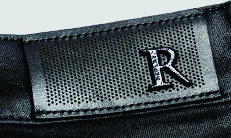 etiqueta de cintura grabada con aplique metalico replay jeans.