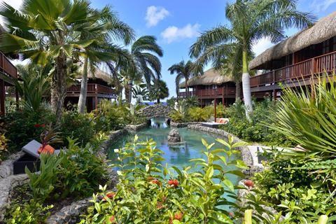 Kontiki Beach Resort Curacao  Bij aankomst in het Kontiki Beach Resort deelt het attente personeel tropische kokosnoten uit mét rietje. Een golfkarretje neemt nieuwe gasten mee naar de hotelkamers onder exotische Palapa daken. Het zwembad waarlangs de rit voert lijkt niet op te houden. Als een meanderende rivier stroomt het zoute water door het hele resort. Dat betekent straks een duik zó vanuit de kamer. Terwijl de vriendelijke bellboy de kamer laat zien bestel je in gedachten alvast een…