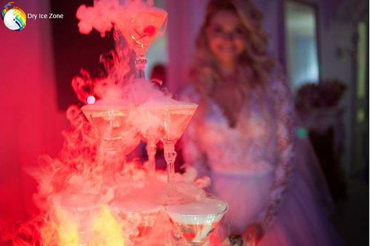 Wesele jest najpiękniejszym dniem życia każdego z nas. Warto zadbać o to, aby nasze wesele miało odpowiednią oprawę. Suchy lód na wesele doskonale spełni swoje zadanie. Korzystając z właściwości suchego lodu wesele może być pięknym przeżyciem, które pozostanie w naszej pamięci na długo. Pierwszym, ważnym momentem wesela jest pierwszy taniec młodej pary. Jest on sygnałem do rozpoczęcia zabawy. Pierwsza lampka szampana młodej pary może być również wyśmienitą oprawą wesela.