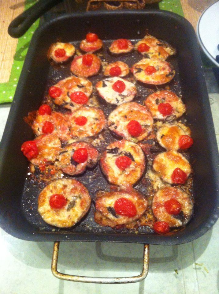 """""""Pizza"""" de berinjela: Berinjela ao forno com molho de tomate, mussarela, manjericão e tomate cereja."""