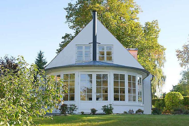 Rund tilbygning med zinktag sammenbygget med villa i ældre stilLæs mere ›