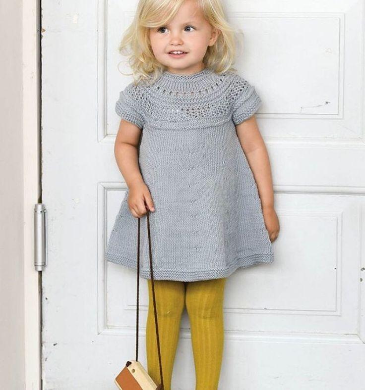 Curry tilbake! Vi konstaterer at Sandnes Garn velger oker strømpebukser til Barndomskjolen og kan i samme åndedrag fortelle at den nettopp kom tilbake på Ministrikk. Strømpebuksa, altså. Strømpebukselageret er fylt på! Jade, støvet leire, gullstøv... Skyndt deg før det blir tomt. Igjen 💫😉 Ministrikk.no #strikkogstrømper #ministrikk #norgesstørsteutvalg #barndomskjolen #sandnesgarn #strikktilmammaogmini