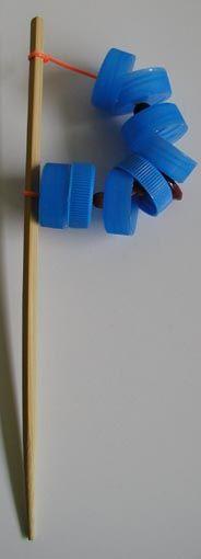 Crécelle fabriquée avec des bouchons de bouteille+perles intercalées