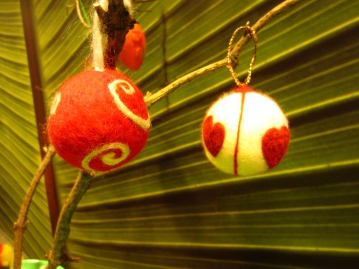 resultaat van workshop (kerstballen) vilten in close-up