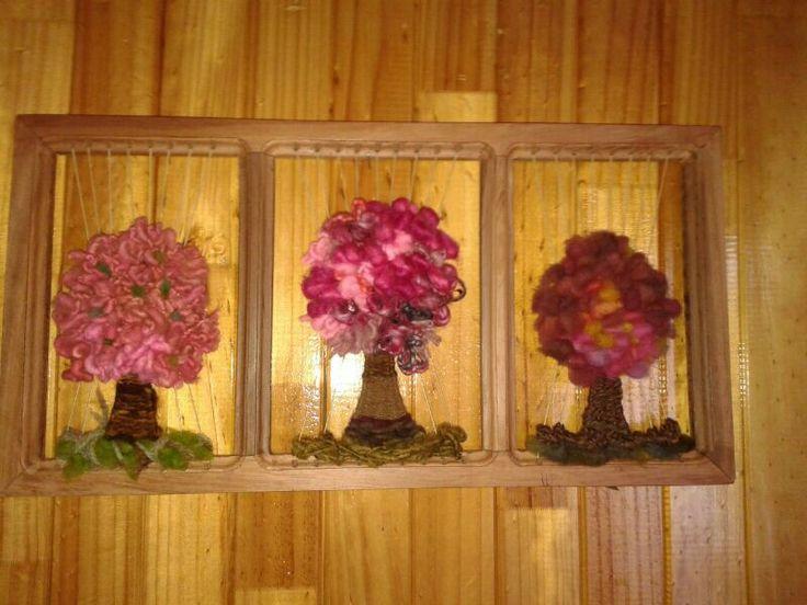 Mis árboles en telar realizados con lana de oveja teñida con productos naturales y vellón. El marco es de alerce