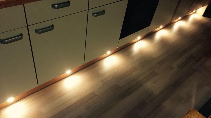 Beleuchtung in der Fußleiste. Ikea LED Lampen.