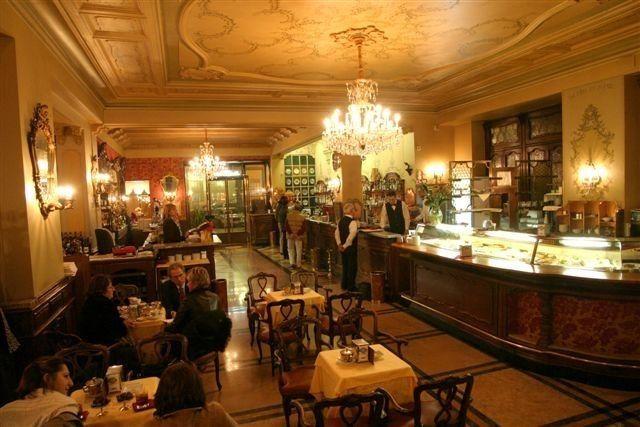 Torino - caffè Torino- Con i suoi camini in legno, la tappezzeria di velluto e i medaglioni dipinti, Caffè Torino si presenta come un accogliente salone familiare. Gli italiani famosi come Einaudi e De Gasperi e star internazionali come Ava Gardner lo hanno frequentato per gustare il suo famoso caffè.  La caffetteria ora vanta anche un elegante ristorante. -