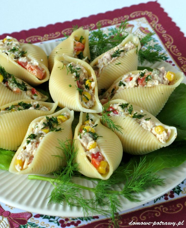 """Udostępnij3 +1 Tweetnij Przypnij Stumble UdostępnijUdostępnień 3Nadziewane muszle makaronowe są świetną przekąską na wszelkiego typu imprezach i przyjęciach. Dziś proponuję muszle conchiglioni nadziewane tuńczykiem z dodatkiem jajek, papryki, ogórka kiszonego, sera żółtego oraz kukurydzy. Dowolnie udekorowane na talerzu, prezentują się wykwitnie. Podoba mi się, że jest to tzw. """"przekąska na raz"""". Ilość muszli i nadzienia ..."""