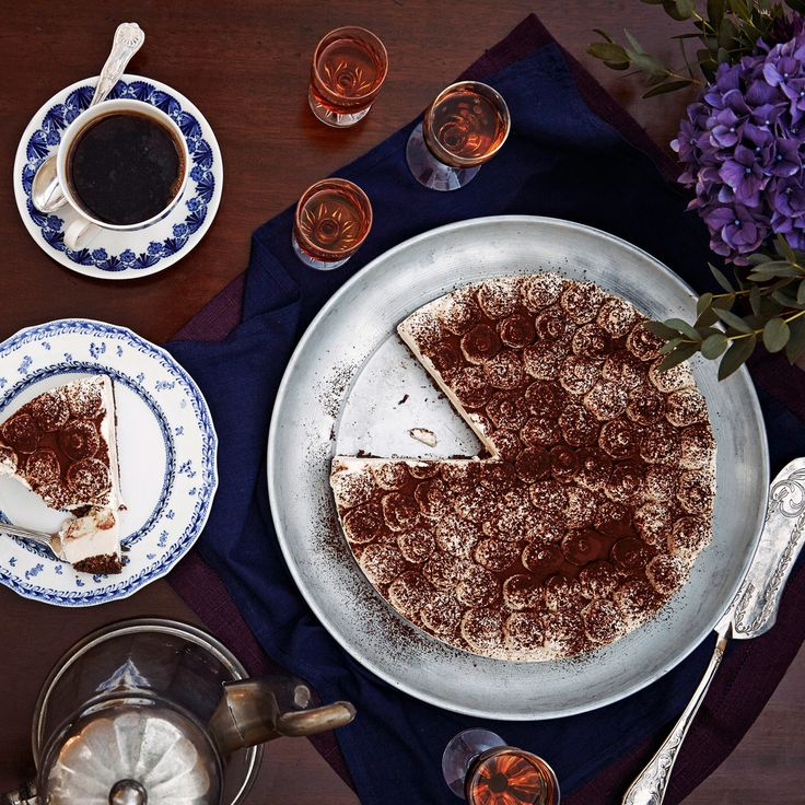 Juustokakussa maistuvat tiramisusta tutut maut. Tarjoa täyteläinen kakku espresson kanssa.