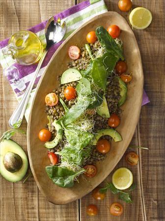 Prepara esta deliciosa ensalada de lentejas y vegetales, una mezcla de sabor inigualable.