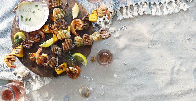 Jum, surf en turf! Dit spiesje met rundvlees en sint-jacobsschelpen smaakt goed uit de grillpan, nog lekkerder is van de bbq.