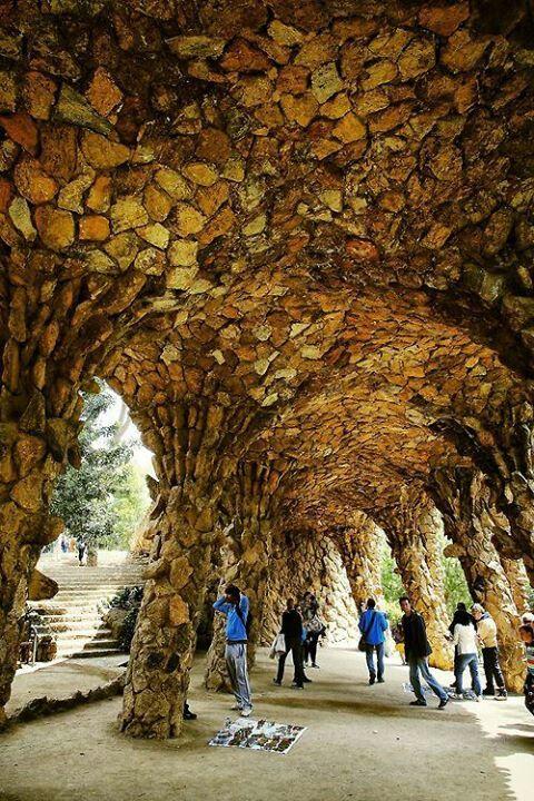 Esta foto se tomó dentro del Parque Guëll de unu de los viaductos que diseño Gaudí. El peso de la carrera encima esta apoyado igualmente por los columnos.