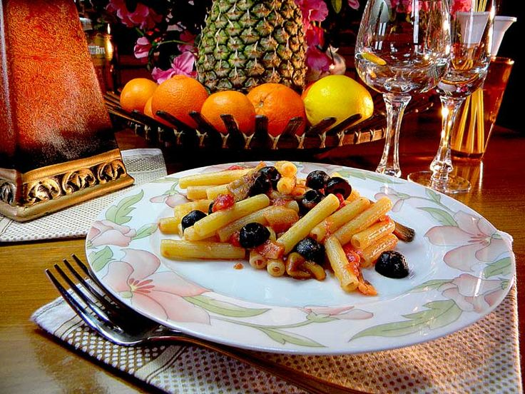 Sedanini al pomodoro, funghi e olive   Il condimento della pasta è a base di pomodori freschi, olive nere denocciolate e funghi misti di stagione.