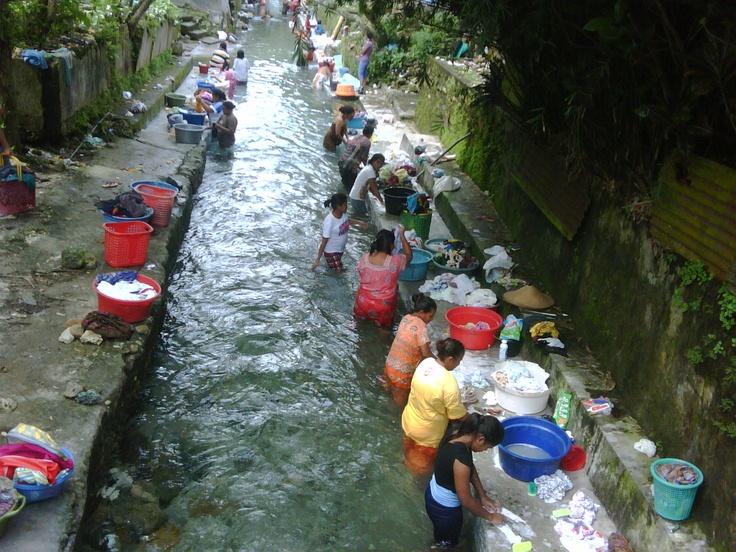 Ibu-ibu di Ambon mencuci massal di sungai yg sangat jernih (2010)