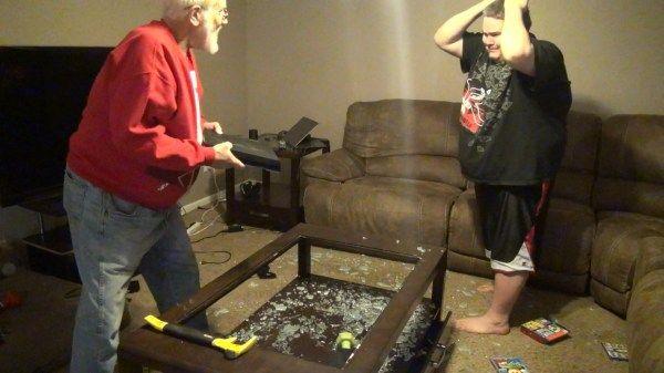 Abuelo Enojado Destroza Un PlayStation 4 #Video